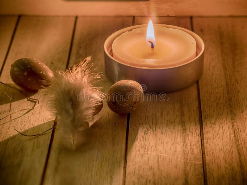 Osterei und Kerze stockfotografie