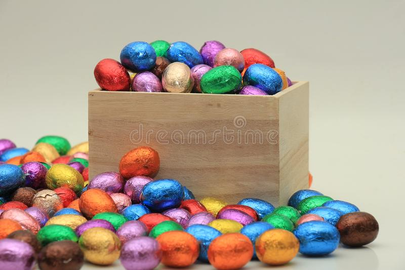 Ostereier in einem hölzernen Kasten stockbild