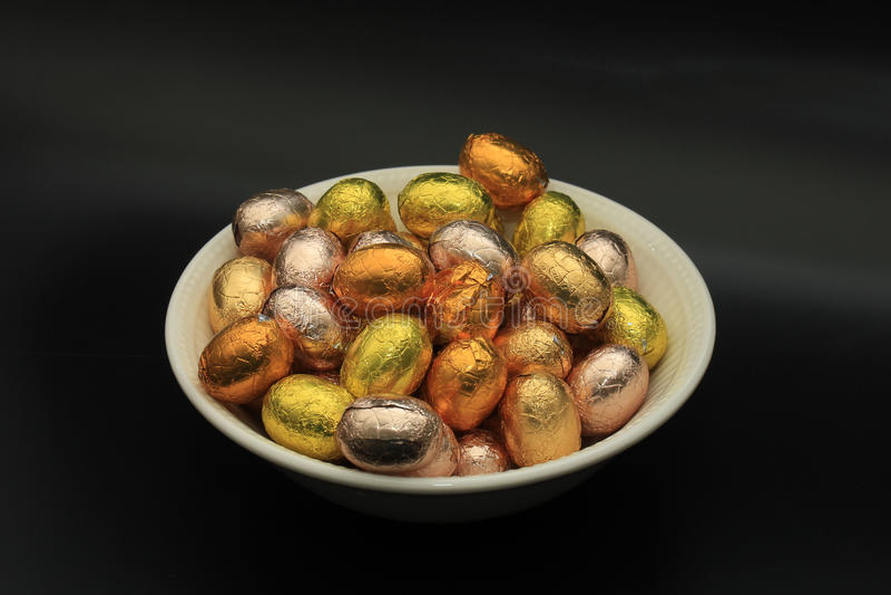 Ostereier in einer Schüssel stockfotografie