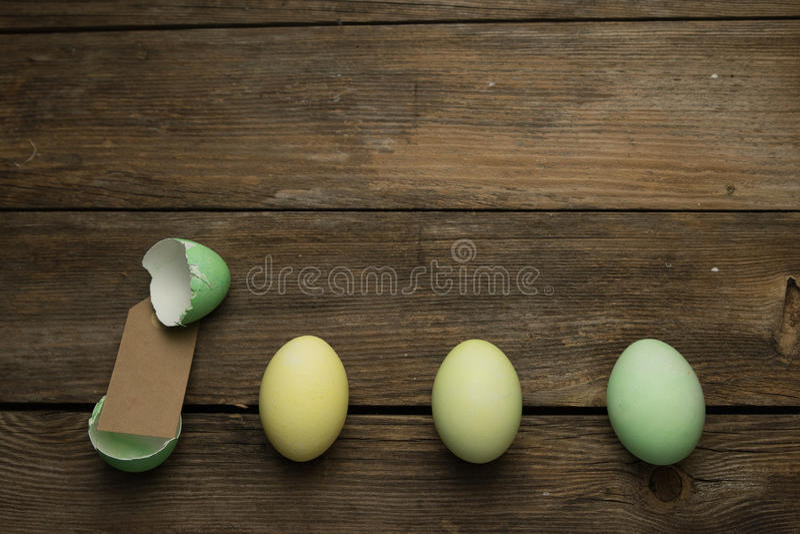 Ostereier in Folge mit Aufkleber lizenzfreies stockfoto