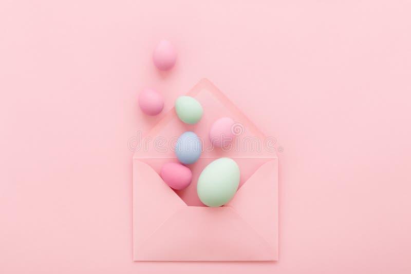 Ostereier im rosa Umschlag stockfotos