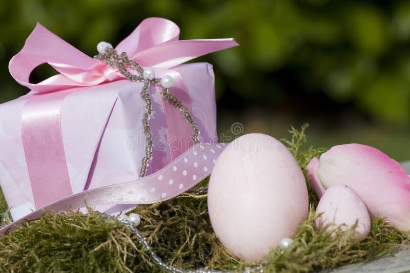 Ostereier im Rosa und im Geschenk mit Bogen lizenzfreies stockfoto