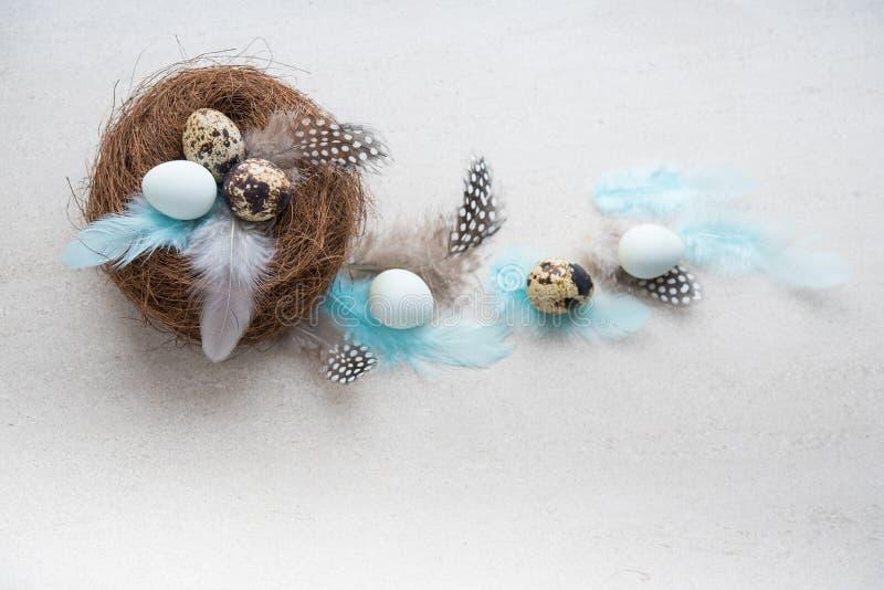 Ostereier mit Blumen und Federn lizenzfreies stockfoto