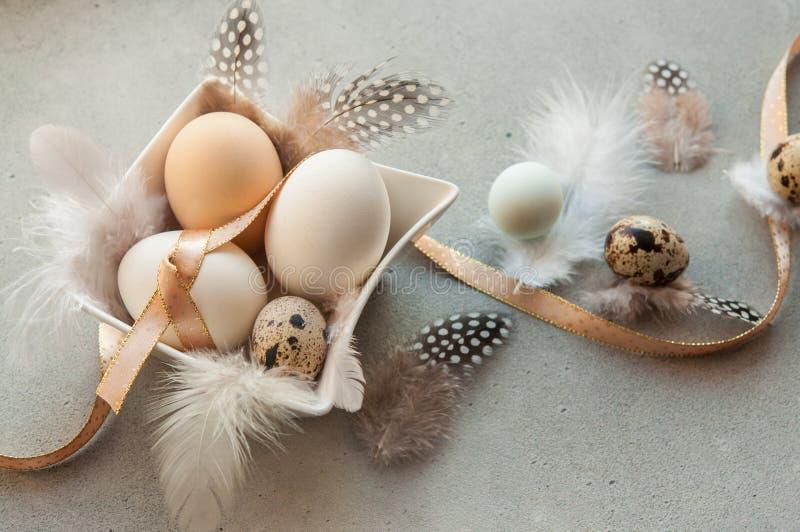 Ostereier mit Blumen und Federn stockfotografie