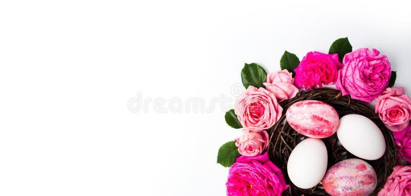Ostereier mit frischen Rosen lizenzfreie stockbilder