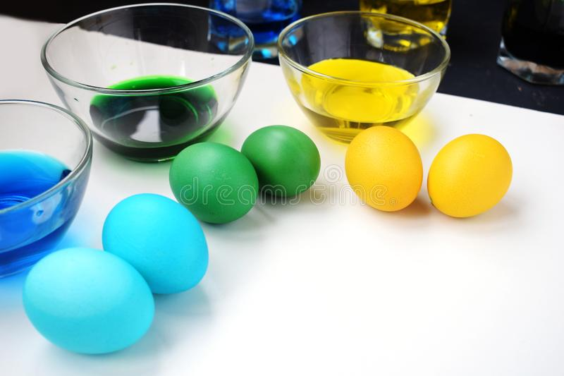 Ostereier mit Schalen Farbe Frühlingsfeiertag Gelbe, grüne und blaue Eier lizenzfreie stockbilder