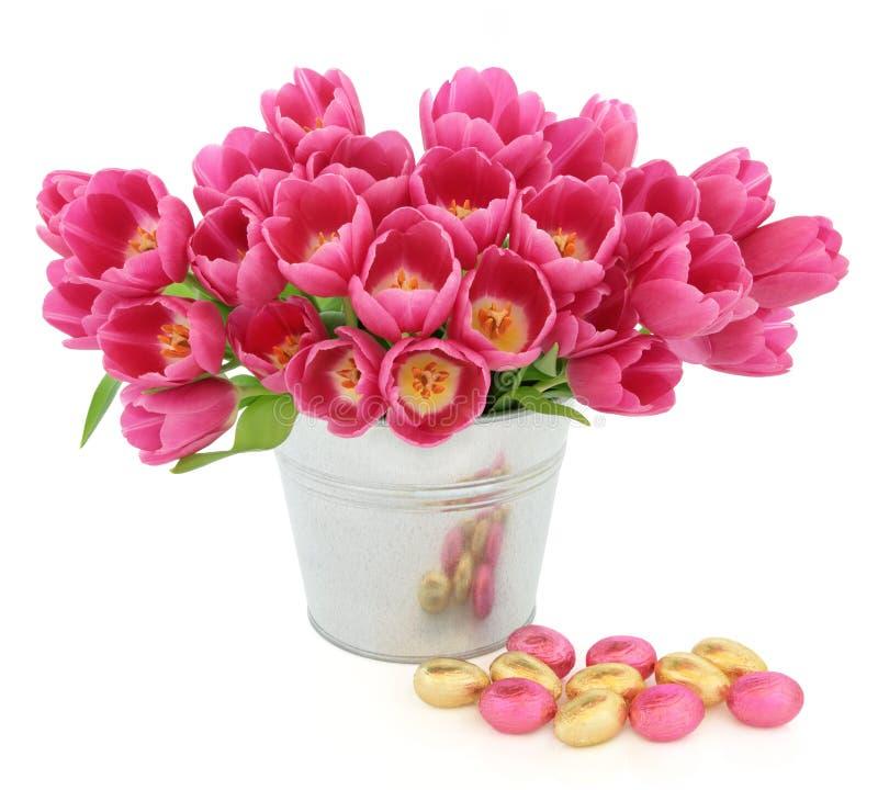 Ostereier und Tulpen lizenzfreie stockfotos