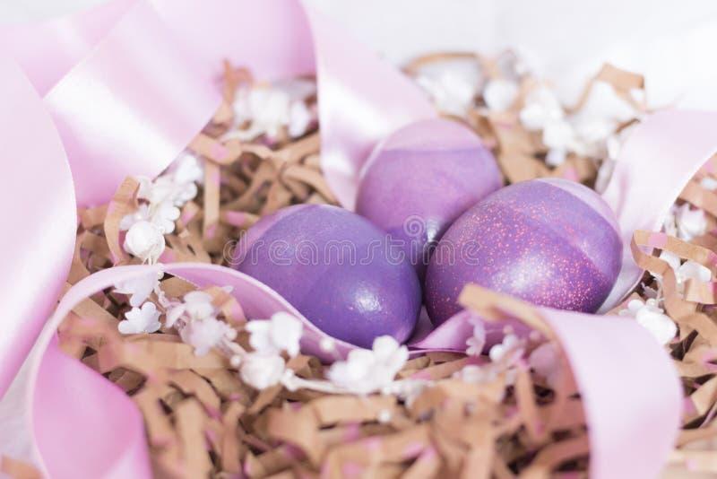 Ostereizusammensetzung mit Band und Blumen stockbild