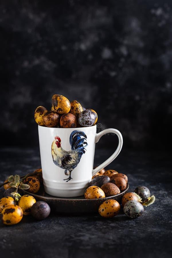 Osterfarbene Wachteleier, Ostereier mit natürlichen Farbstoffen lackieren lizenzfreies stockfoto