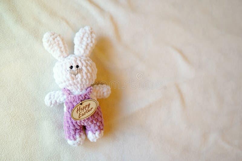 Osterhase auf Hintergrund mit Kopienraum Babykinderweißes Spielzeug Tradition, glücklicher Ostern-Feiertag lizenzfreie stockfotos