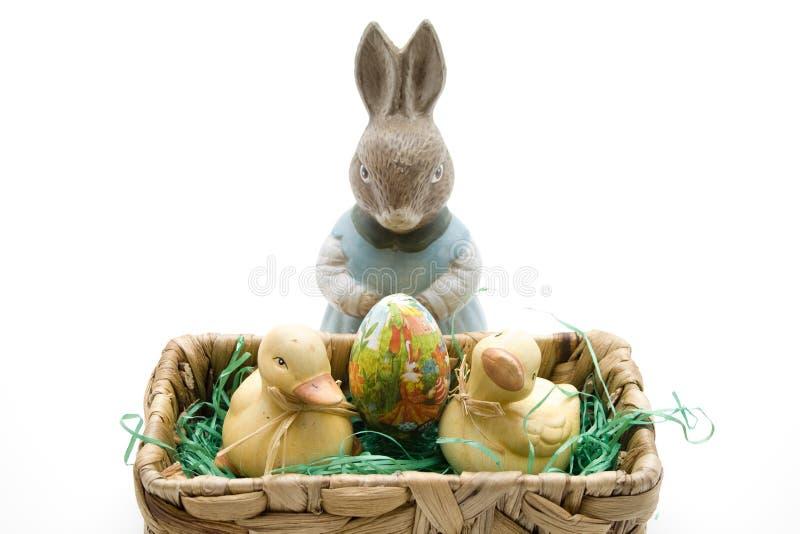 Osterhase mit Ei und Enten stockbild