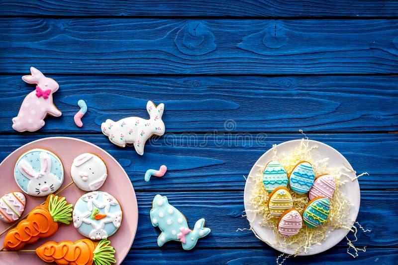 Osterhasen- und Ostereiplätzchen Bonbons, Gebäck für Ostern-Tabelle Blauer hölzerner Draufsicht-Kopienraum des Hintergrundes lizenzfreie stockfotografie