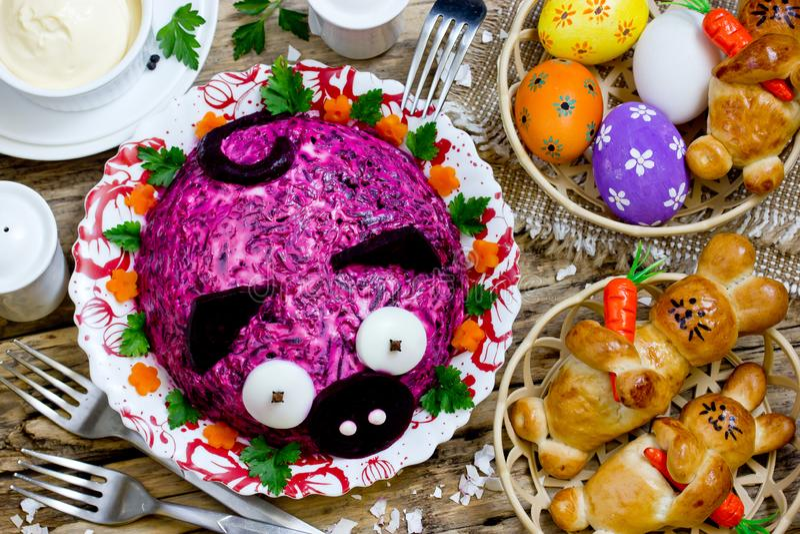 Ostern-Abendtisch mit traditionellen Festlichkeiten lizenzfreies stockfoto