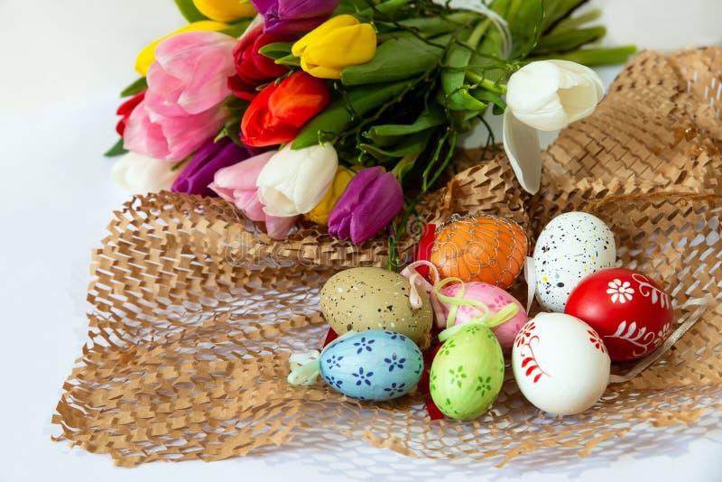Ostern-Anordnung mit Eiern und Tulpen lizenzfreie stockbilder