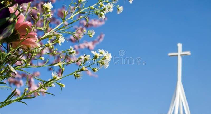 Ostern-Auferstehung - Frühlingsblüte und -kreuz lizenzfreie stockbilder