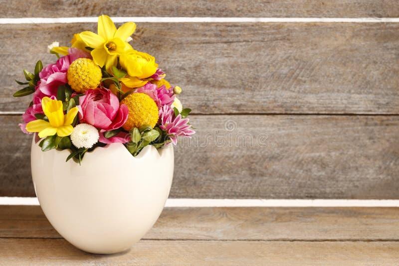 Ostern-Blumengesteck im Oberteil des weißen Eis lizenzfreie stockfotos