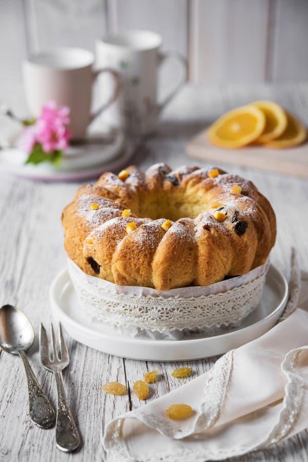 Ostern-Brot mit Orangen und Rosinen, Apfelblüte Russisches kulich paska, polnisches babka sweteczna lizenzfreie stockbilder