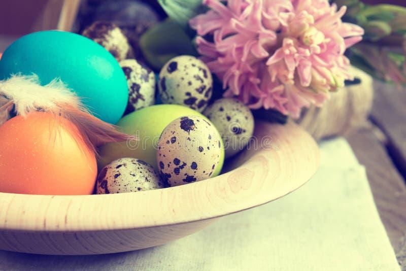 Ostern bunt und Wachteleier stockbild