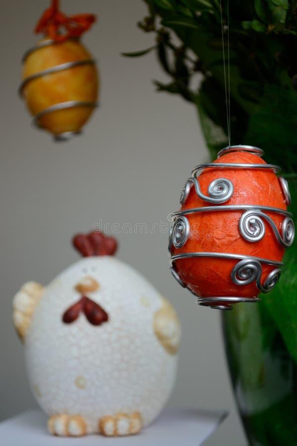 Ostern-Dekoration - Eier und Huhn stockbilder