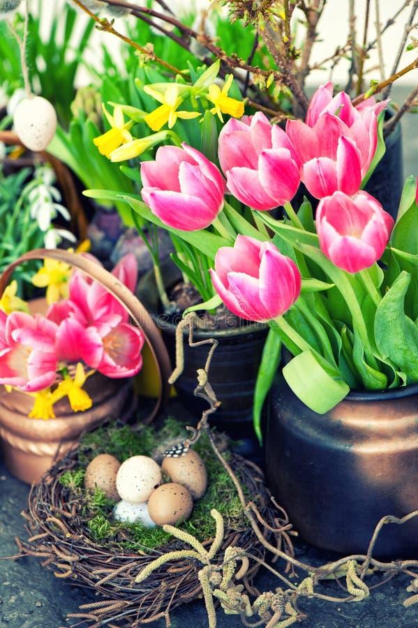 Ostern-Dekoration mit bunten Frühlingsblumen Tulpen, Schneeglöckchen lizenzfreie stockfotografie