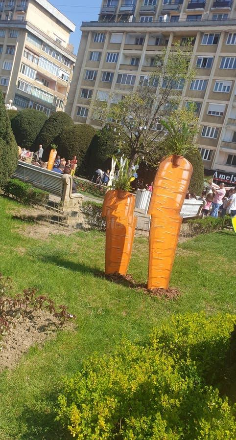 Ostern-Dekorationen in Timisoara Rumänien Union Square für die katholischen und orthodoxen Osterferien - Karottenei-Häschenkan lizenzfreie stockfotos