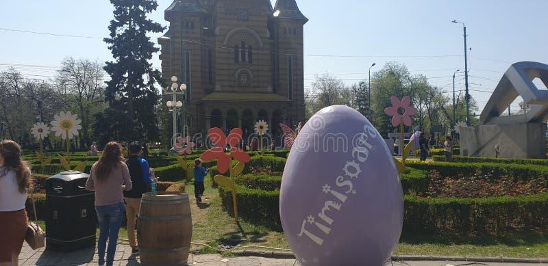 Ostern-Dekorationen in Timisoara Rumänien Union Square für die katholischen und orthodoxen Osterferien - Karottenei-Häschenkan stockfotografie