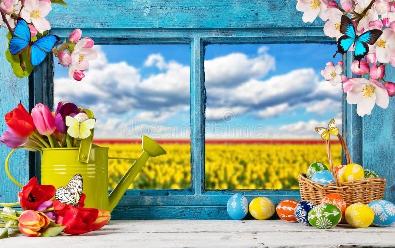 Ostern färbte Dekoration auf hölzernem Fenster lizenzfreie stockfotos