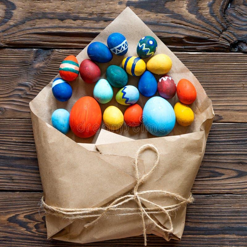 Ostern färbte Handwerkseier lizenzfreie stockfotografie