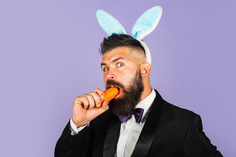 Ostern-Feiertags-Konzept Komisch, lustig, trägt gut aussehender Mann Häschenohren auf Köpfen Gesundes Konzept lizenzfreies stockbild