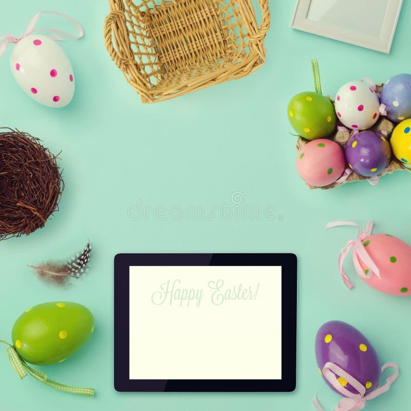 Ostern-Feiertagshintergrund mit Retro- Filtereffekt Ostereidekorationen und -tablette Ansicht von oben stockbild