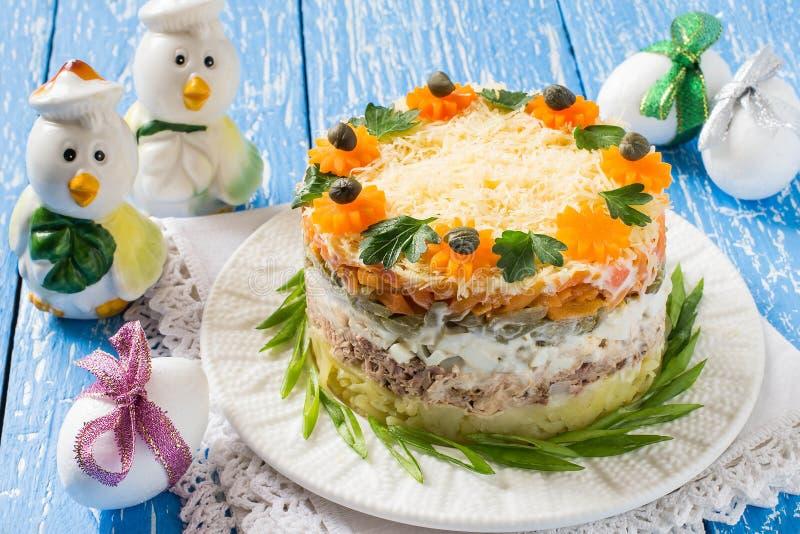Ostern-Festlichkeiten: festlicher Salat mit Thunfisch und Gemüse lizenzfreie stockbilder