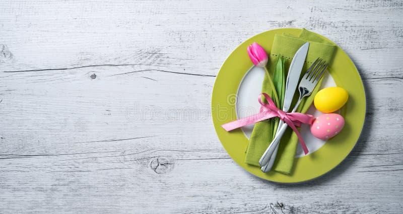 Ostern-Gedeck mit Frühlingsblumen und -tischbesteck lizenzfreie stockbilder