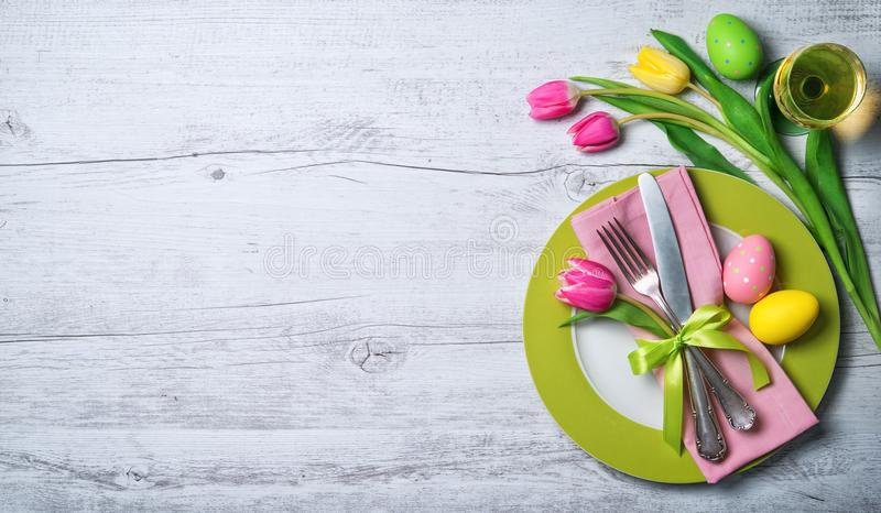 Ostern-Gedeck mit Frühlingsblumen und -tischbesteck stockbilder