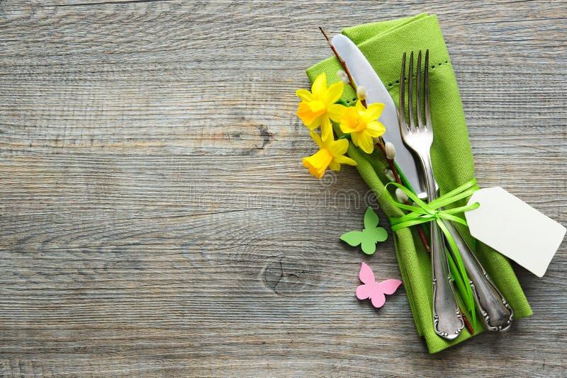 Ostern-Gedeck mit Narzisse und Tischbesteck lizenzfreie stockbilder