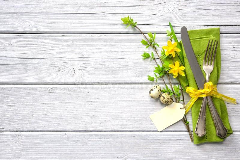 Ostern-Gedeck mit Narzisse und Tischbesteck stockbilder