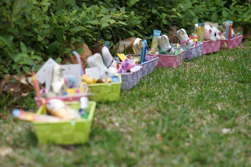 Ostern-Geschenke im Garten lizenzfreie stockfotos
