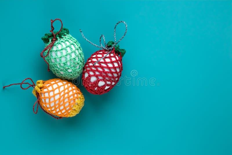 Ostern-Geschenkkarte von paschal Eiern von verschiedenen Farben mit leerem Raum auf blauem Hintergrund Christliche Tradition des  lizenzfreies stockbild