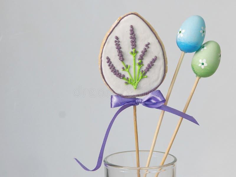 Ostern-Handplätzchen und kleine Eier in einem Glas Kreis der farbigen Ostereier Selbst gemachte Zuckerplätzchen in Form des Eies stockbilder