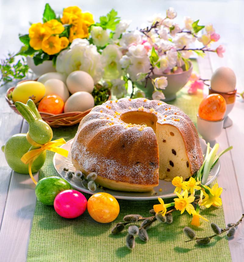 Ostern-Hefekuchen mit Zuckerglasur auf Feiertagstabelle lizenzfreie stockfotografie