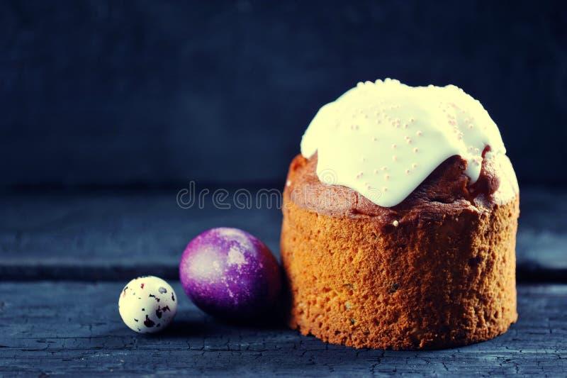 Ostern-Hintergrund - festlicher Kuchen und gemalte Eier lizenzfreie stockfotografie