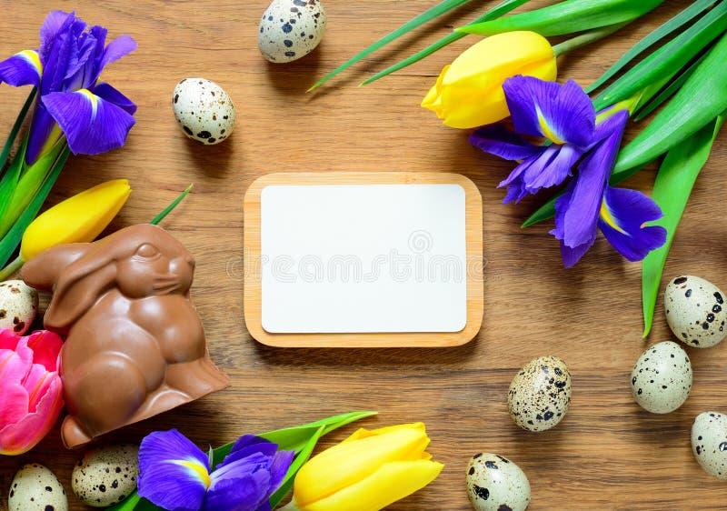 Ostern-Hintergrund mit einem Schokoladenhäschen lizenzfreies stockbild