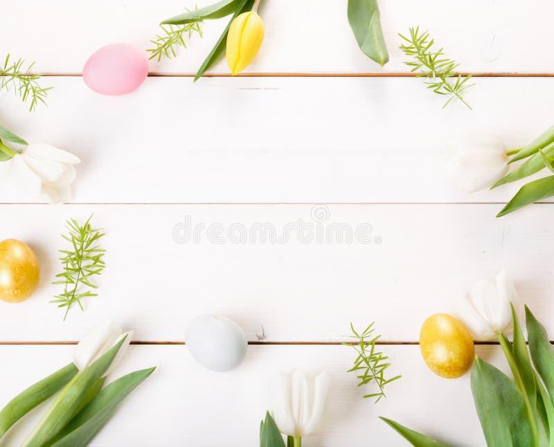 Ostern-Hintergrund mit Ostereiern und Frühling blüht Draufsicht mit Kopienraum lizenzfreie stockfotos