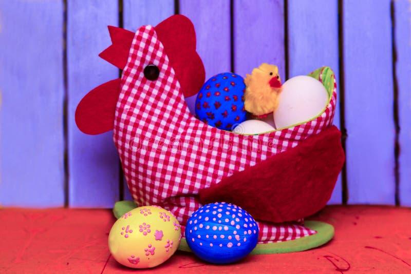 Ostern-Huhn vom roten Gewebe und mit Filzeinlagen mit einem speziellen Platz für die Speicherung von Eiern stockfotos
