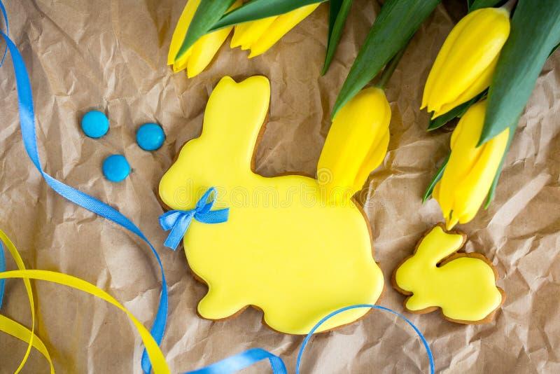 Ostern-Ingwerplätzchen in Form eines gelben Kaninchens lizenzfreie stockfotos