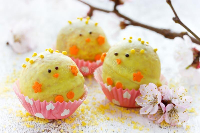 Ostern-Kükenfestlichkeit für Kinder - selbst gemachter Süßigkeitskuchen knallt mit choc stockfotos