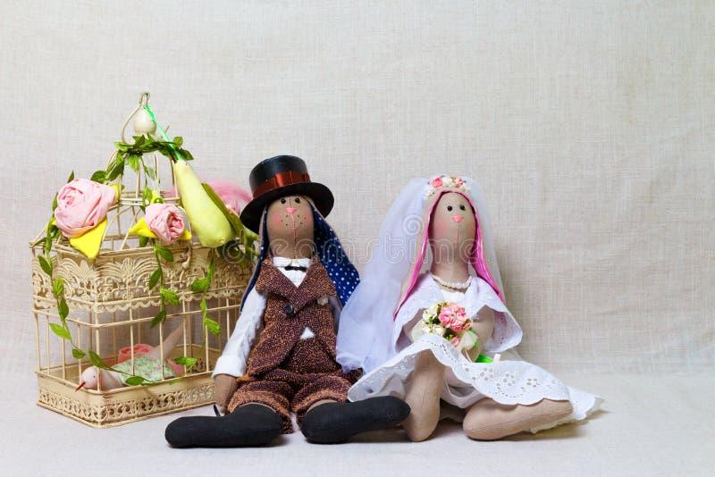 Ostern-Kaninchen, Häschen spielt in Form die Heirat Textilbraut und -bräutigam lizenzfreie stockbilder
