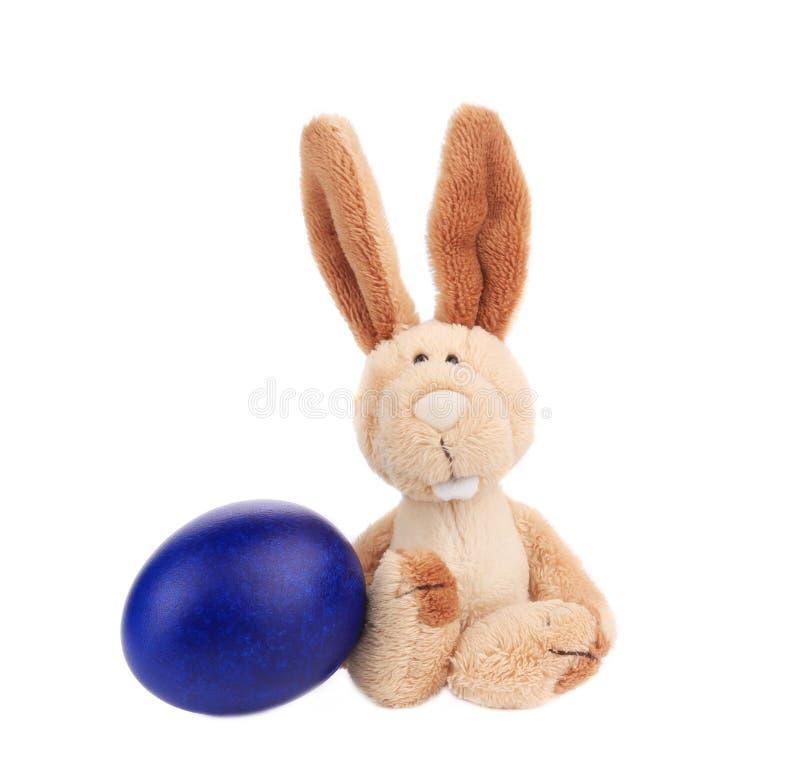 Ostern-Kaninchen mit blauem Ei stockbilder