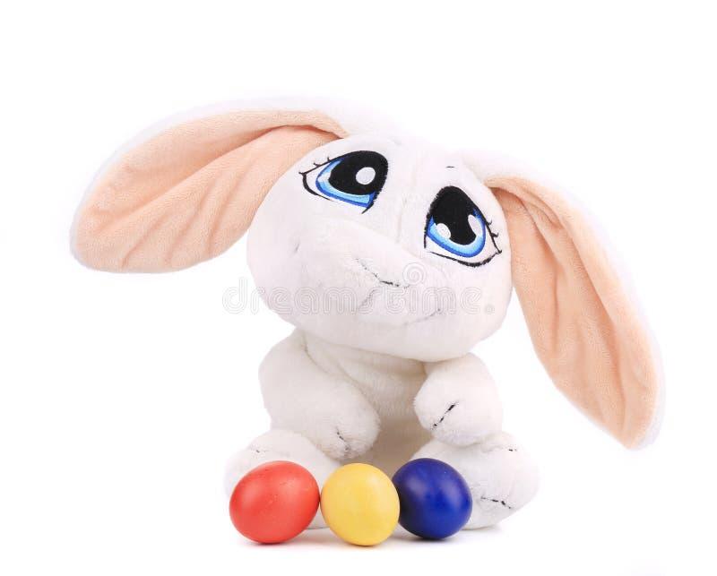 Ostern-Kaninchen und bunte Eier lizenzfreies stockfoto