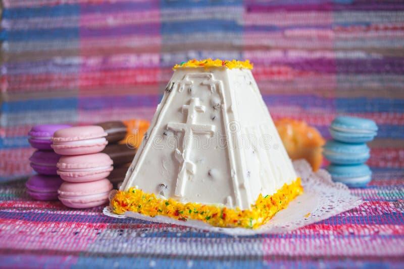 ostern Klumpenkuchen mit einem hellen Keks lizenzfreie stockbilder