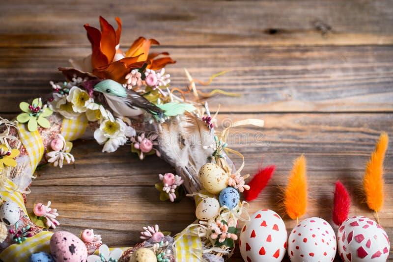 Ostern-Kranz mit Eiern stockbild